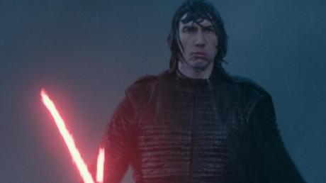 """Nur echt mit Laserschwert: Adam Driver als Kylo Ren in einer Szene des Films """"Star Wars 9: Der Aufstieg Skywalkers""""."""