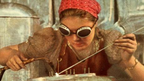 Frauenarbeit beim Flugzeugbau während des Zweiten Weltkriegs.