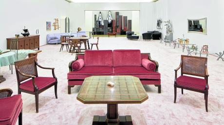 """In ihrer Installation """"Ruinenwert"""" rekonstruiert Henrike Naumann die Dimensionen des Empfangssalons von Hitlers Berghof. Dabei mischt die Künstlerin originale Möbel, die wie die Sitzgruppe im Vordergrund einst im von den Nazis erbauten Haus der Kunst standen, mit Ebay-Käufen aus den 1990er Jahren."""