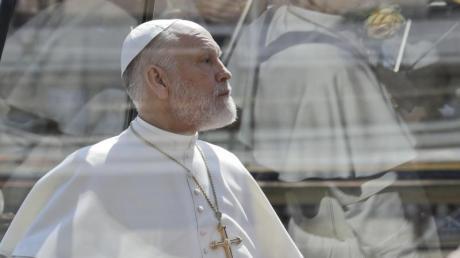 """""""The New Pope"""": Folgen, Handlung, Schauspieler, Trailer - die Infos zur Papst-Serie. Unser Bild: John Malkovich bei den Dreharbeiten zu der Serie von Regisseur Sorrentino."""