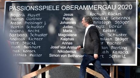 Der Oberammergauer Passionsspielleiter Christian Stückl passiert die Tafel mit der Besetzungsliste 2020.