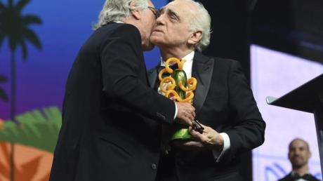 Der Schauspieler Robert De Niro (l) überreicht den Sonny Bono Visionary Award an den Regisseur und Drehbuchautor Martin Scorsese.