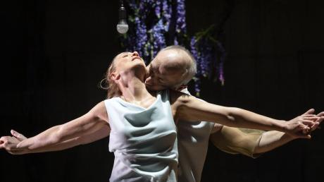 """Ute Fiedler und Klaus Müller spielen in der nächsten Schauspiel-Premiere """"Bovary, ein Fall von Schwärmerei"""" in der Brechtbühne."""