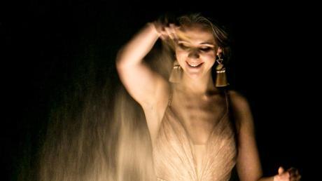Golden schimmernden Sandstaub macht Irina Titova zu Bildern.