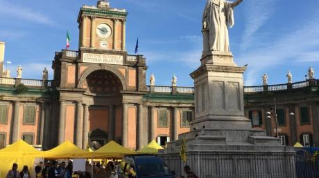 Das Dante-Denkmal auf der Piazza Dante in Neapel.