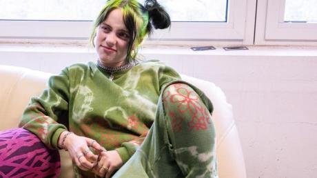"""Ganz lässig: Billie Eilish bei einem Interviews am Rande des Musik- und Kunst-Festivals """"MS Dockville""""."""