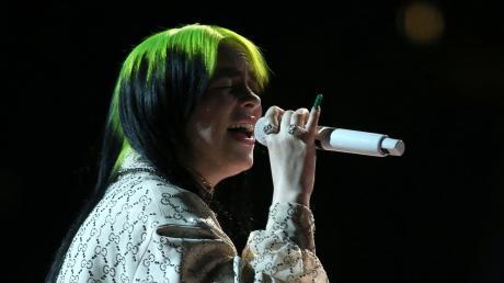 """Billie Eilishbeim Live-Auftritt bei den Grammy-Verleihungen. Sie sang """"When the Party is Over""""."""