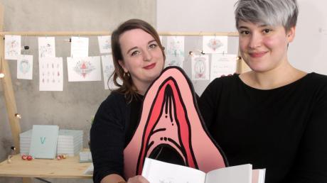 Iris Schmitt (links) und Josefine Britz schrieben ein 260 Seiten starkes, witzig poetisches Buch über die Vulva.
