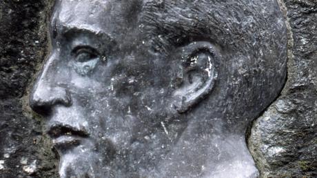 Rudolf Diesels Porträt auf einem Felsen im Dieselhain, ein Geschenk aus Japan.