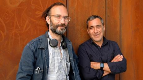 Die Regisseure Tom Kühnel (links) und Jürgen Kuttner leiten in diesem Jahr zum ersten Mal das Augsburger Brechtfestival.