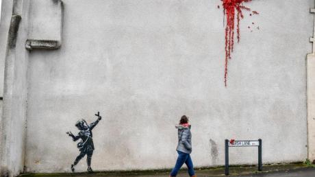Streetart in Bristol:Das Mädchen mit einer Steinschleuder von Banksy.