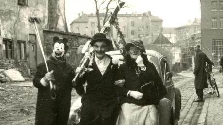 Fantasievoll maskiert aus dem Altkleider-Fundus beteiligten sich vor 70 Jahren viele Kleingruppen am ersten Nachkriegsfaschingszug in Augsburg.