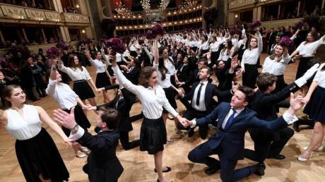 Debütantenpaare tanzen in der Wiener Staatsoper während der Generalprobe.