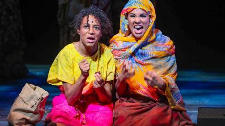 """Naomi Simmonds (l) in der Rolle der jungen Waris Dirie und Lara de Toscano, die ihre Schwester Aman spielt, im Musical """"Wüstenblume""""."""
