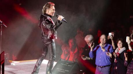 Peter Maffay singt vor 8000 begeisterten Fans.