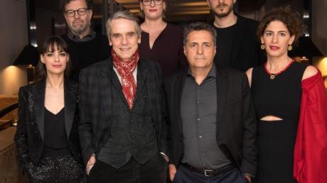 Die Internationale Jury der Berlinale: Bérénice Bejo (l-r), Kenneth Lonergan, Jeremy Irons, Bettina Brokemper, Kleber Mendonca Filho, Luca Marinelli und Annemarie Jacir.