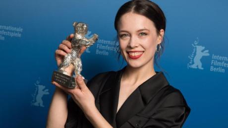 Paula Beer hat einen Silbernen Bären für ihre Rolle in Christian Petzolds Film «Undine» bekommen.