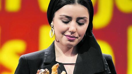 Mit einem nachdenklichen Blick: Baran Rasoulof nimmt für ihren Vater, den Regisseur Mohammad Rasoulof, den Goldenen Bären für den besten Film entgegen.