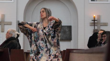 """Britta Schönbrunn bot eine Tanz-Performance zur Vernissage der Ausstellung """"berührt"""" in der Kirche St. Thaddäus."""