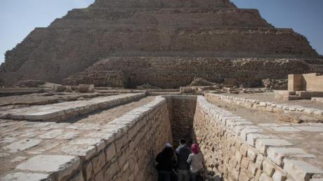 Menschen betreten die Djoser-Pyramide in Sakkara außerhalb von Kairo.