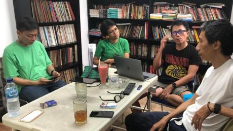 Reza Afisina (l-r), Ajang Nurul Aini, Mirwan Andan und Iswanto Hartono vom indonesischen Künstlerkollektiv ruangrupa in Jakarta.