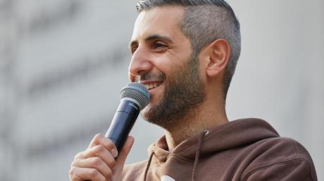 Moderator Michel Abdollahi beim «Best of Poetry Slam» in Hamburg.