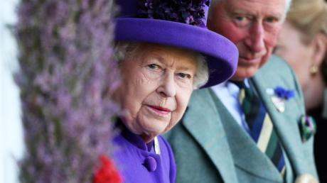 Die Queen ist vorzeitig nach Windsor Castle abgereist, Prinz Charles hat seine Reisepläne geändert.