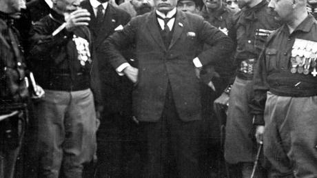 Benito Mussolini im Jahr 1922 beim Marsch auf Rom im Kreise seiner Getreuen.