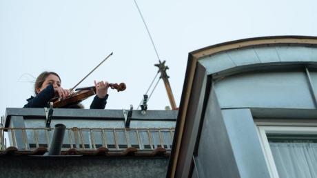 Musik verbindet:Eine Bratschistin in Stuttgart.