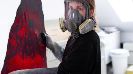 Die Kunstglaserin Anna Riedl arbeitet an einem Kirchenfenster von Gerhard Richter.