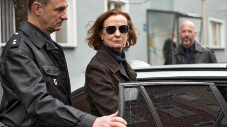 Nach einem dramatischen Ereignis wird Anna Ziegler (Irene Fischer) verhaftet.