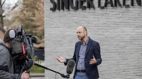 Evert van Os, Direktor des Singer Laren Museums, spricht zu Journalisten.