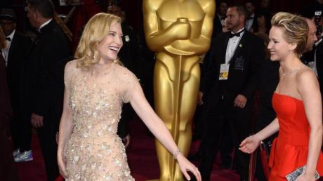 Die Schauspielerinnen Cate Blanchett (l) und Jennifer Lawrence kommen 2014 zur 86. Oscar-Verleihung.