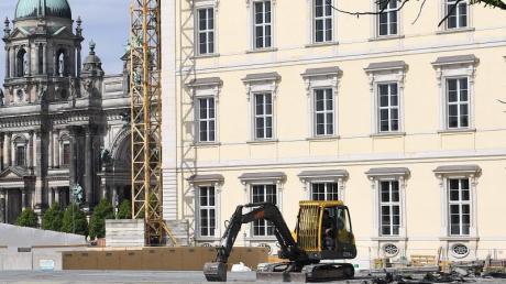 Bagger auf der Baustelle des Freiheits- und Einheitsdenkmal in Berlin.