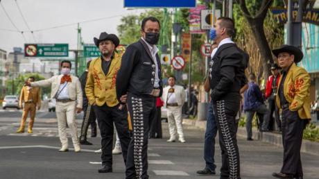 Mariachis warten in der Nähe des Garibaldi-Platzes auf Kunden.