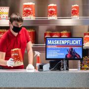 Popcorn mit Schutzhandschuh und Maskenpflicht im Dresdner Ufa-Kristallpalast.