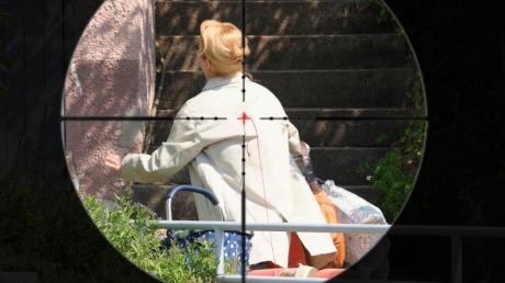 Im Fadenkreuz: Als Elisabeth Vogel nichtsahnend nach Hause kommt, wird sie ohne Vorwarnung erschossen.