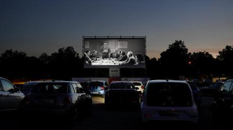"""Nach dem Sonnenuntergang setzt die Vorführung ein: In Gersthofen sind die ersten Szenen von """"Die 1000 Glotzböbbel vom Dr. Mabuse"""" zu sehen."""