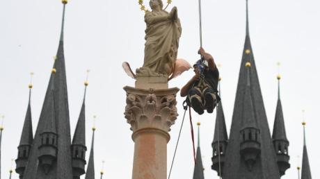 Auf dem Prager Altstädter Ring wurde am Donnerstag der Wiederaufbau der historischen Mariensäule abgeschlossen.