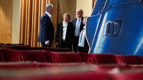 Bundespräsident Frank-Walter Steinmeier (2.v.r.) und seine Frau Elke Büdenbender (2.v.l.) im Gespräch mit der Schauspielerin Katharina Thalbach und dem Intendanten Martin Woelffer.