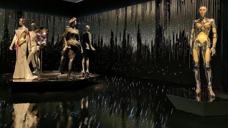 """In der Kunsthalle München hat Philipp Fürhofer zwei Räume gestaltet. Es geht darin um """"Gynoid Couture"""" von Thierry Mugler."""