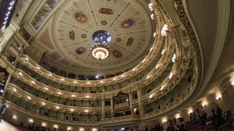 Besucher spenden der russischen Sopranistin Anna Netrebko Applaus.