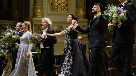 Die russische Sopranistin Anna Netrebko (4.v.l.) und ihr Mann Yusif Eyvazov (2.v.r.) beim Schlussapplaus in Dresden.