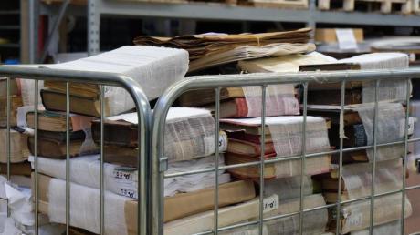 Bücher, die nach der Gefriertrocknung in Binden gewickelt sind, warten auf ihre Restauration.
