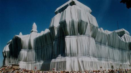 Das Unsichtbare verfremdet sichtbar machen wollte der kürzlich verstorbene Künstler Christo mit der Verhüllung des Reichstages. Fünf Millionen Menschen kamen, um das Werk zu bestaunen.