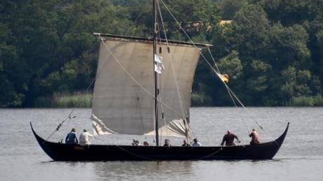 """""""Norsemen"""", Staffel 3: Start, Folgen, Handlung, Schauspieler, Trailer. Ganz so beschaulich wir hier auf der """"Sigyn"""", dem Nachbau eines Wikingerschiffes, geht es in der Serie garantiert nicht zu."""