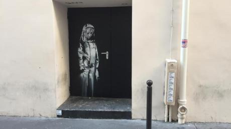 """Auf einer Tür beim Pariser Musikclub """"Bataclan"""" ist ein Wandbild zu sehen, das dem britischen Street-Art-Künstler Banksy zugerechnet wird."""