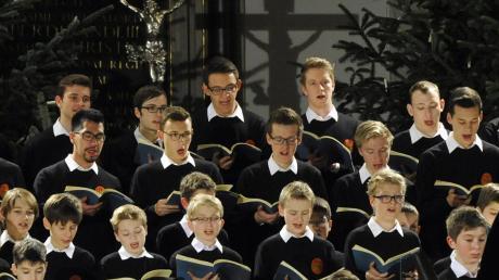 Schulter an Schulter im Chorkonzert – das war einmal. Wenn die Augsburger Domsingknaben in diesem Jahr Weihnachtskonzerte geben, werden sie sich an strenge Auflagen halten müssen.