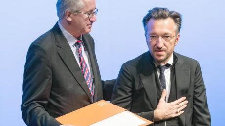 Der Schweizer Autor Lukas Bärfuss (r) wird im November 2019 von dem Literaturkritiker Ernst Osterkamp mit dem Georg-Büchner-Preis ausgezeichnet.