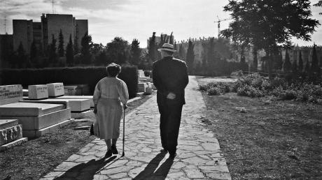 Siegfried Unseld 1989 in Jerusalem am Grab von Gershom Scholem mit dessen Witwe Fania Scholem.